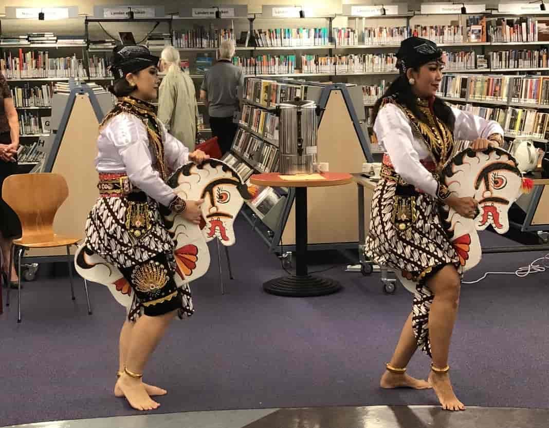 inandoutofafrica-wilmavervoort-tekstschrijver-menopause nomad-menopause magician-indonesische maand Cultuurspoor